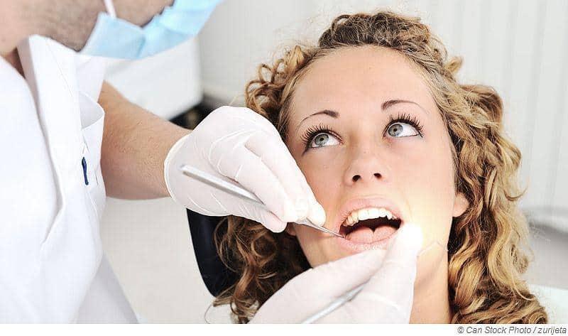 Mit neu gesetztem Zahnimplantat in der Sauna